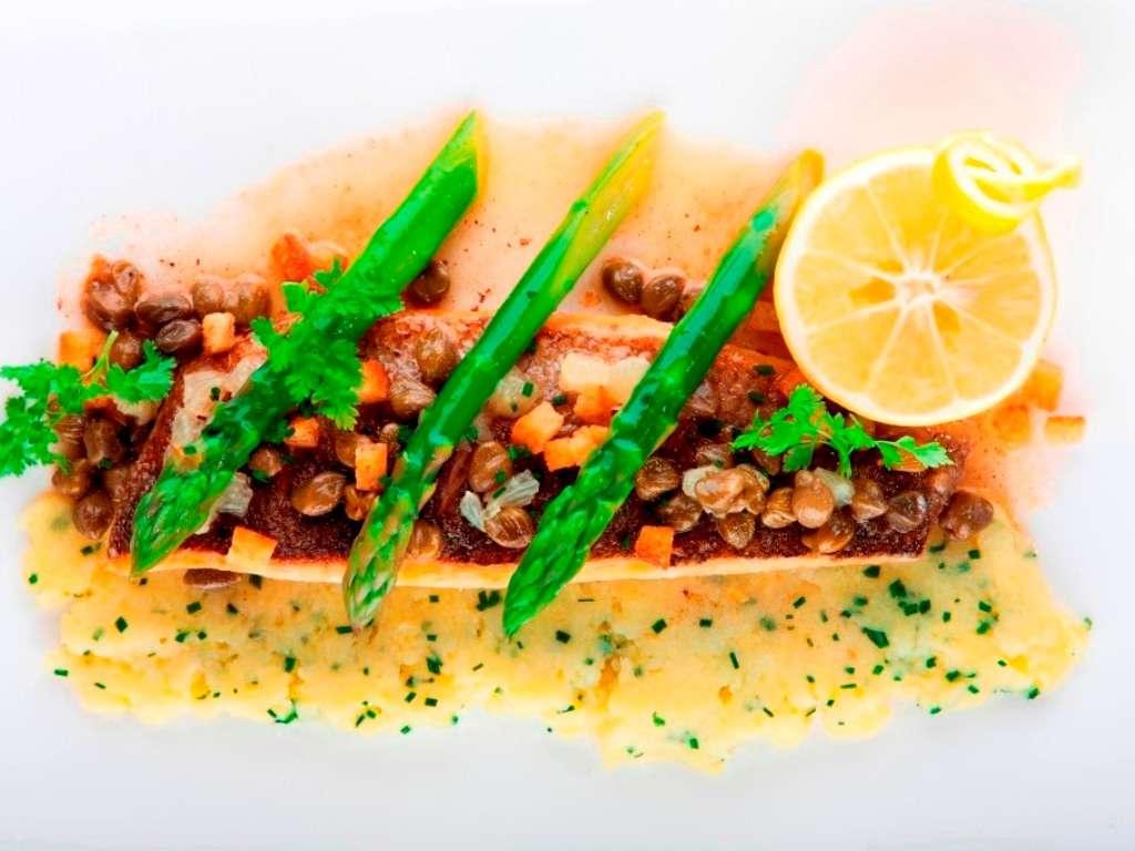 Biban de mare mediteranean in stil _Meuniere_ cu migdale si capere, cartofi cremosi si sparanghel verde - Copy