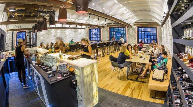 Alt Shift, un restaurant din Capitala, cu clienti la mese si bar alb