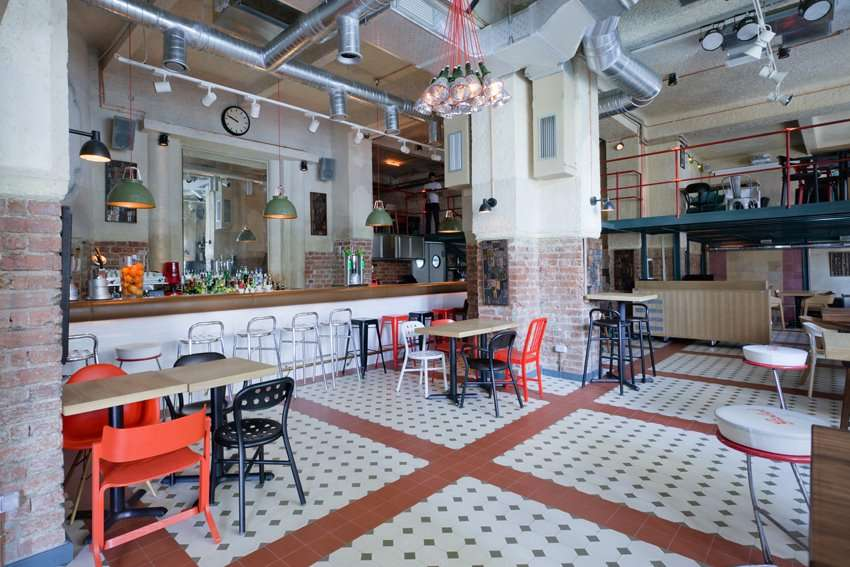 Energiea, restaurant spatios, cu scaune albe, negre si rosii si tavan inalt