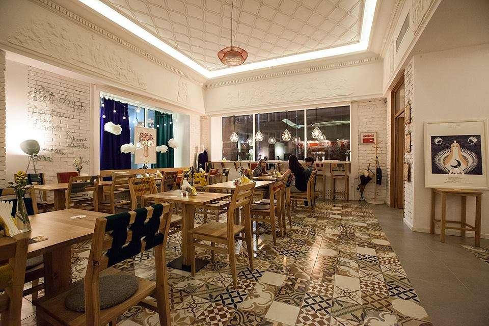 Restaurant Victoriei 18 din Bucuresti, cu mese si scaune din lemn si podea cu gresie model
