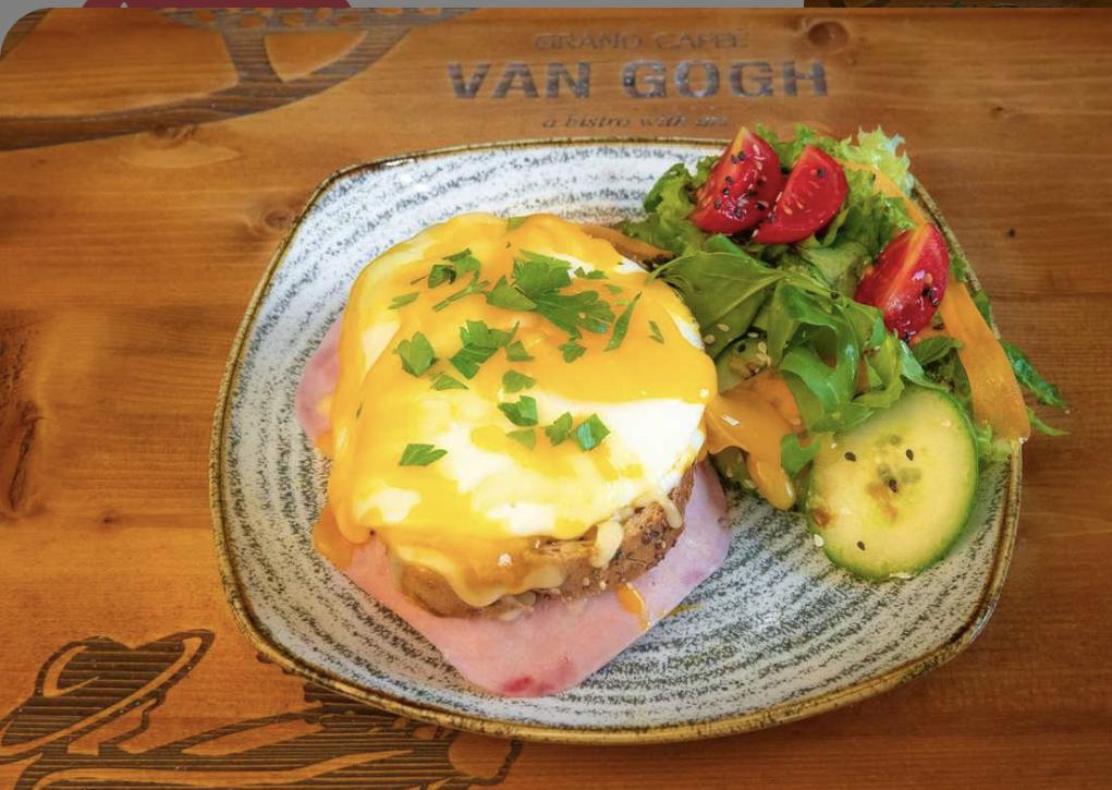 sandviș bun croque madame, cu suncatoast si ou prajit la grand cafe van gogh