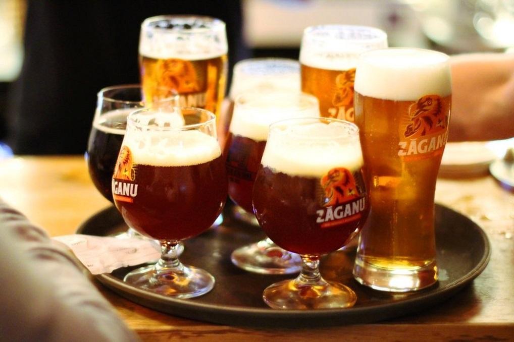 diverse sortimente de bere lin pahare mai mici sau mai inalte, de la Fabrica de Bere Buna Zăganu, una din top berării București