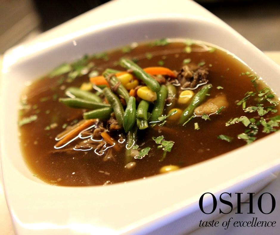 close up cu un bol de supa de vacuta, cu fasole verde pastai, morcov si porumb