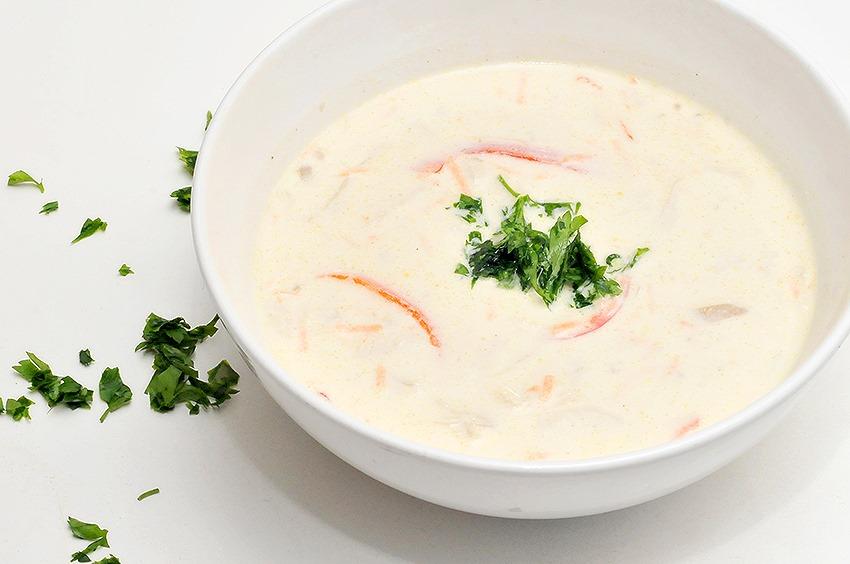 close up supa raw de morcovi si ghimbir intr-un bol alb
