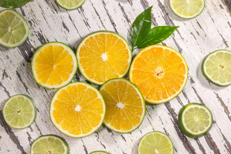 felii de citrice si lime, pe fundal de lemn