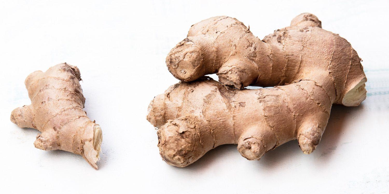 două buvăți de ghimbir, una mai mare alta mai mică, pe fundal alb, ghimbirul fiind un aliment bun pentru tratarea virozelor