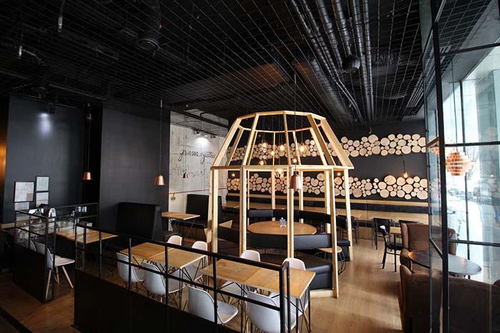 privire de ansamblu din gram bistro, o cafenea cu pereti negri si mobilier de lemn, una din cafenele moderne unde s poți lucra relaxat