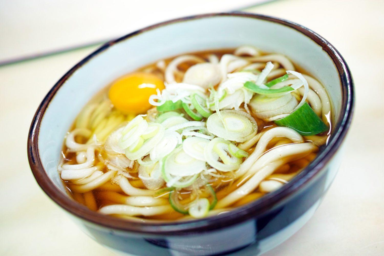 bol de supa udon, cu ceapa verde si ou