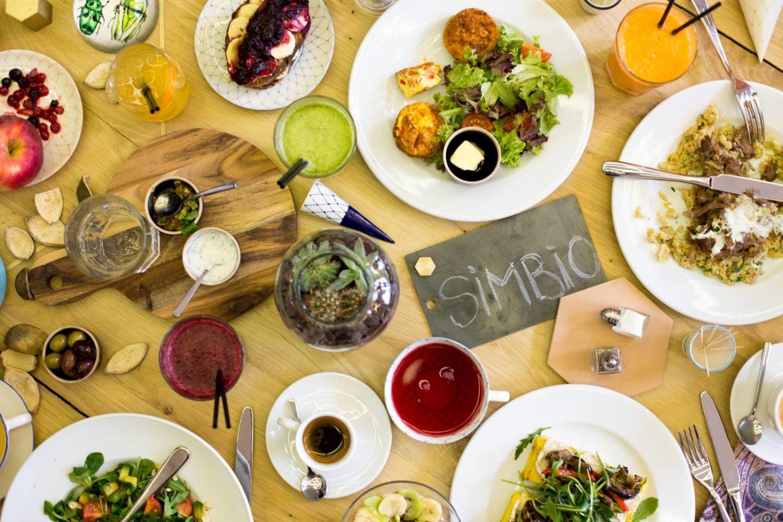 masa plina cu multe preparate de la restaurant simbio, fel principal, sosuri, parjituri, cafea