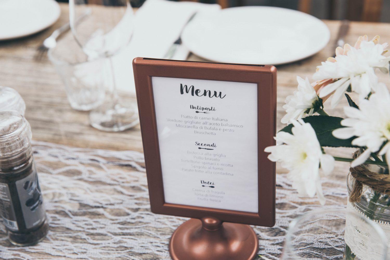 tabla de meniu de restaurant cu margini de bronz si interior alb
