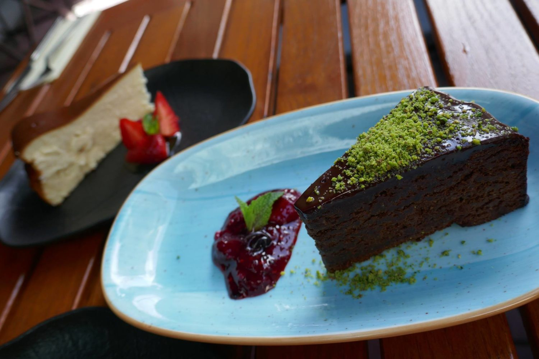 farfurie albastra cu un chocolate cake si sos de fructe de padure, fara gluten, de la Pio Bistro