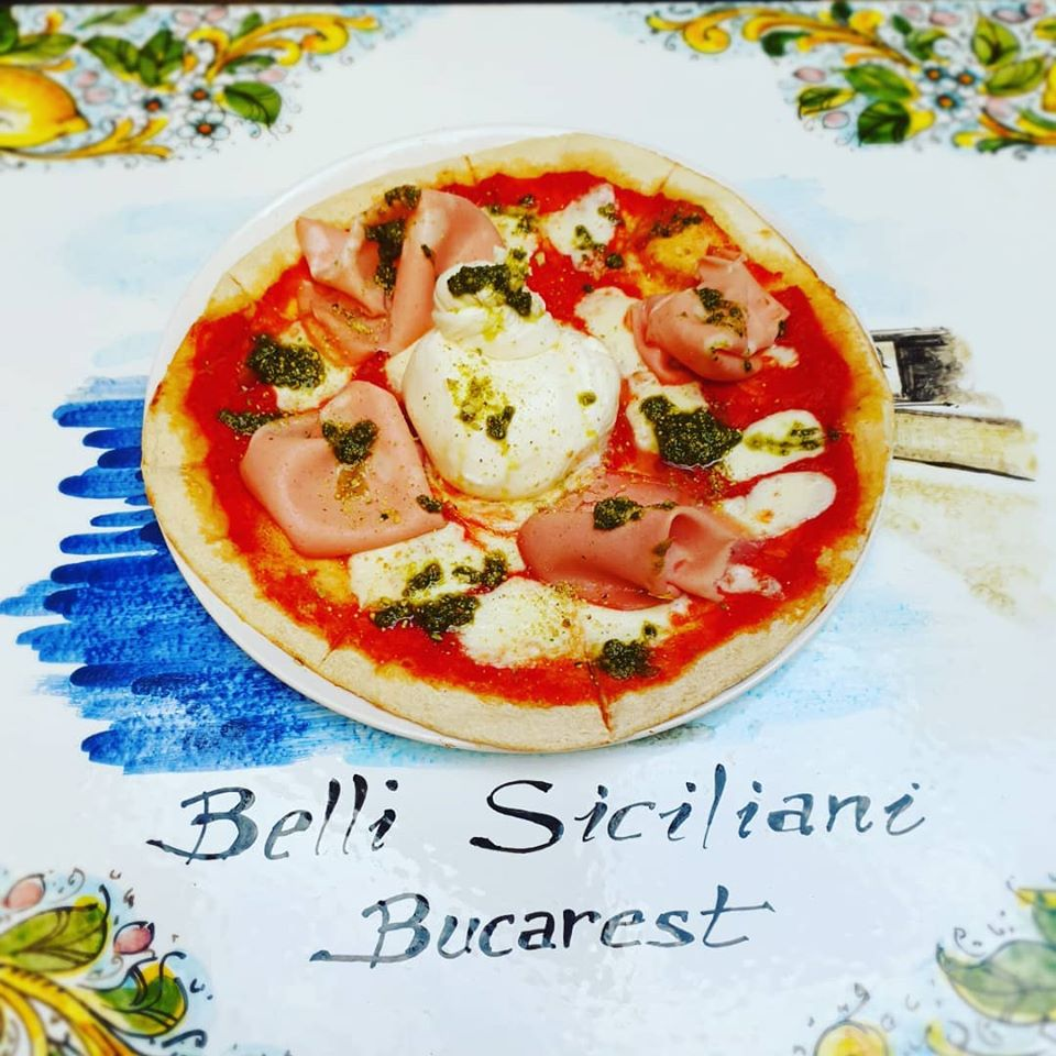 pizza super buratta de la belli siciliani din București, pe fata de masa colorata, pizza italiană în București