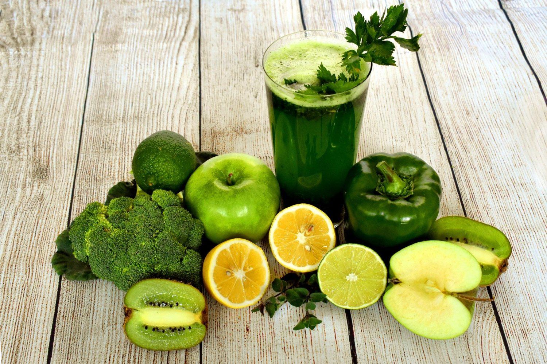 un pahar de smoothie verde, cu broccoli, mar, lime, ardei gras verde, pe fundal de lemn, alimente bogate in fibre care taie pofta de mancare