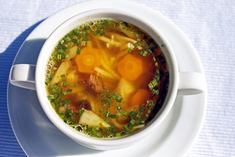 supa de pui in bol alb, cu morcovi taiati rondele si taitei, patrunjel, unul din alimente care combat răceala și gripa