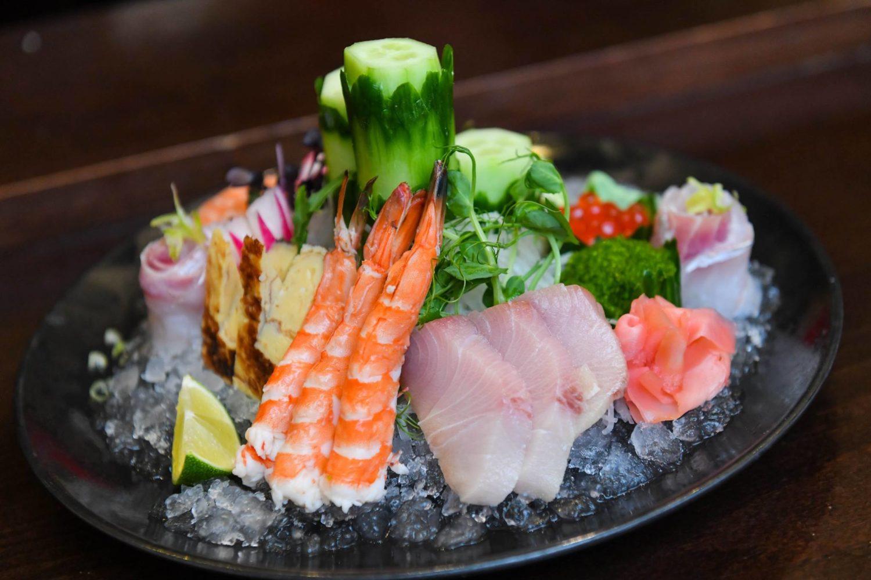 farfurie plina cu sushi de la Benihana Japanese Steakhouse & Sushi Bar, cu creveti, sushi, gjheata, peste crud, icres si castravete, unul din cel mai bun sushi Bucuresti