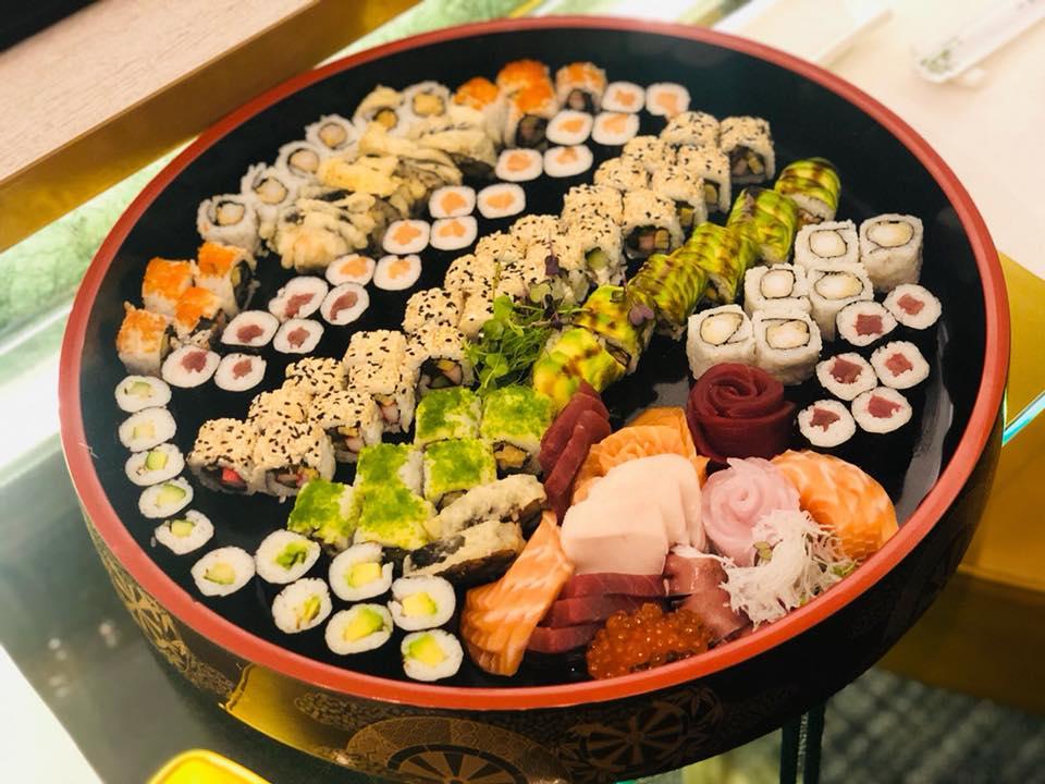 Platou mix de sushi la restaurant Sushi Zen, asezat intr-un platou mare, rotund, cu mai multe tipuri de sushi grupate si aranjate pe randuri, unul din cel mai bun sushi Bucure;ti