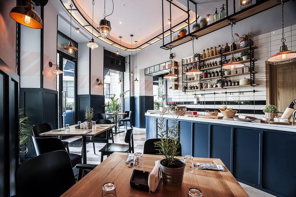 imagine de ansamblu din restaurant Social 1, cu barul in dreapta, mese de cafenea din lemn, si pereti vopsiti in alb si albastru, unul din restaurante perfecte pentru 1 Martie