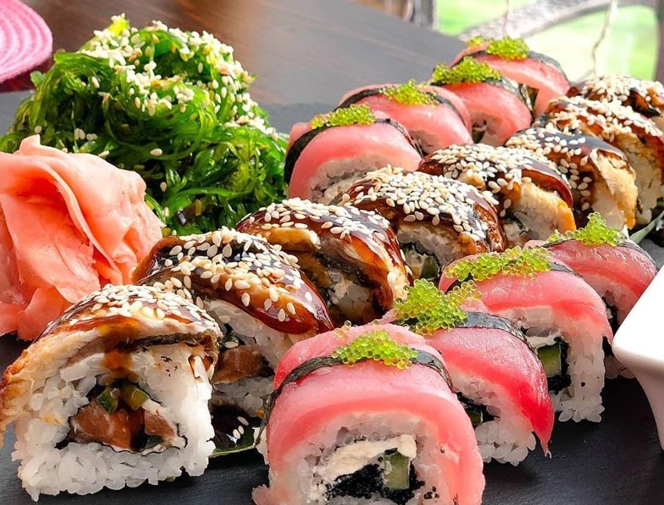 closeup cu un platou de sushi de la Sushi Time, cu diverse sortimentr, cu peste crud si orez, susan si broccoli