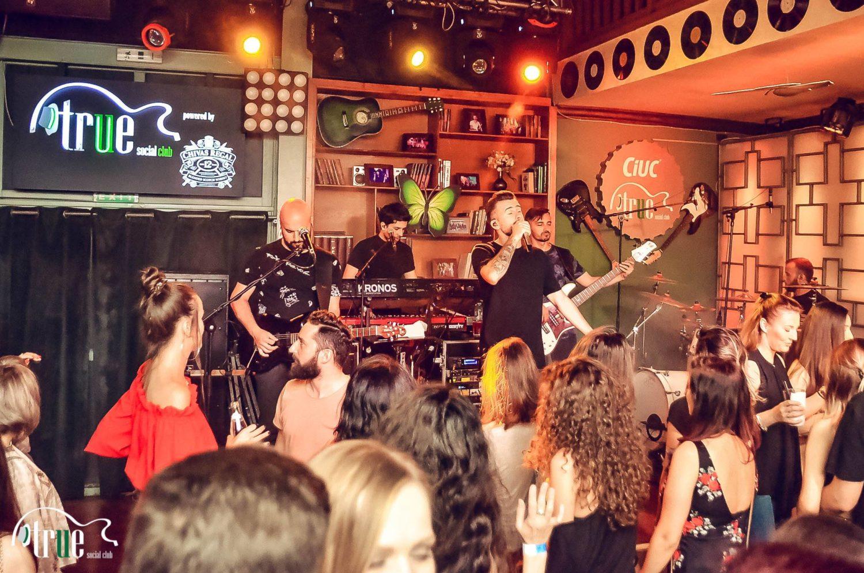 concert live al formatiei freestay la trues social club. In imagine se vede scena si formatia cantand, iar in fata o multime de oameni dansand, o idee buna pentru restaurant de 8 martie