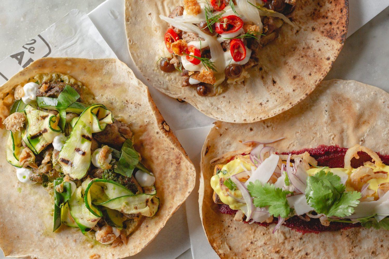 trei lipii de kebab, pe care sunt asezate amestecuri din carne si legume, kebab de la Le Bab