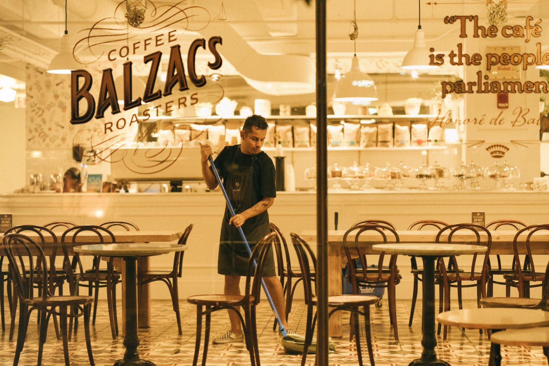 barbat care da cu matura intr-un restaurant gol, imagine sugestiva pentru strategii de comunicare in timp de criză