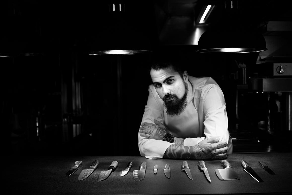 chef radu ionescu restaurant kaiamo, foto alb negru din bucatarie