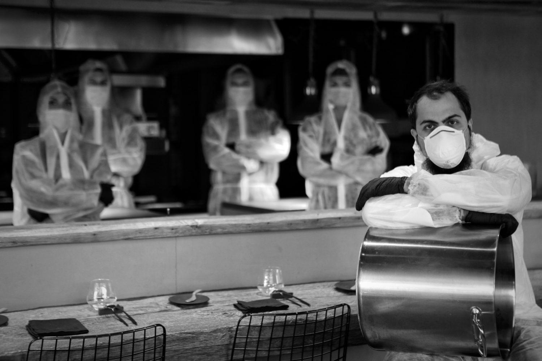 chef radu ionescu si echipa de bucatari de la restaurant kaiamo, imbracati in combinezoane si cu masti anti coronavirus