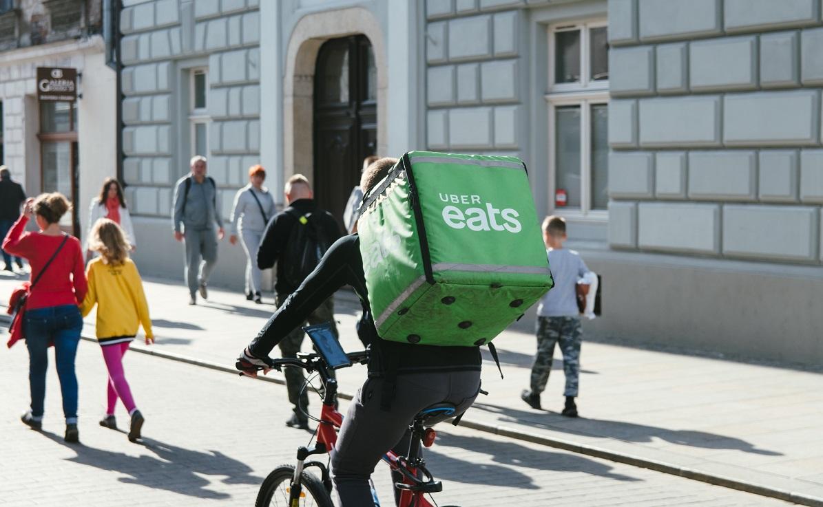 biciclist livrator uber eats, imagine reprezentativa pentru comisioanele mari la aplicațiile de livrări