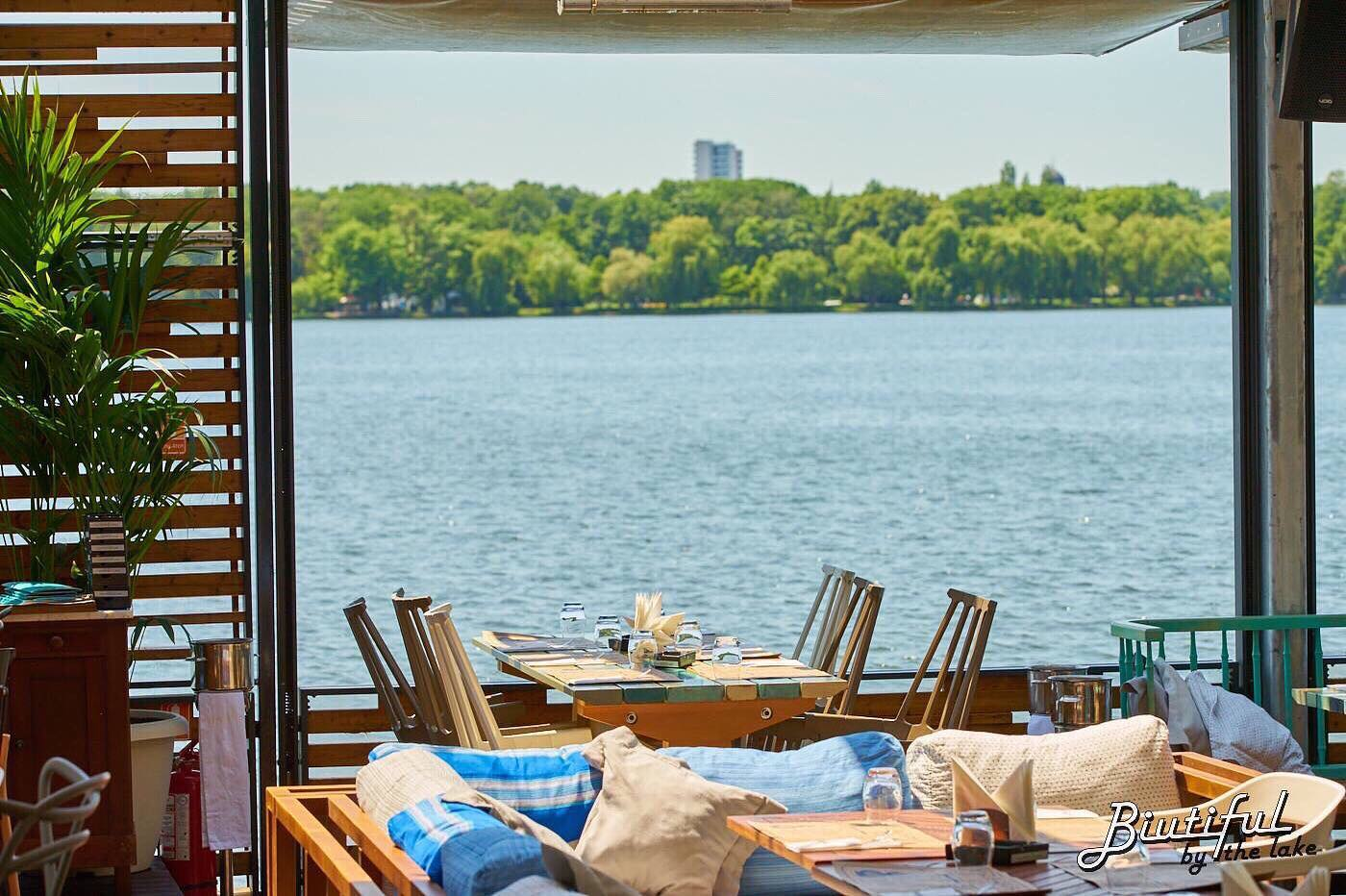 Terasa restaurantului Biutiful by the Lake, cu mese si priveliste catre lacul Herastrau