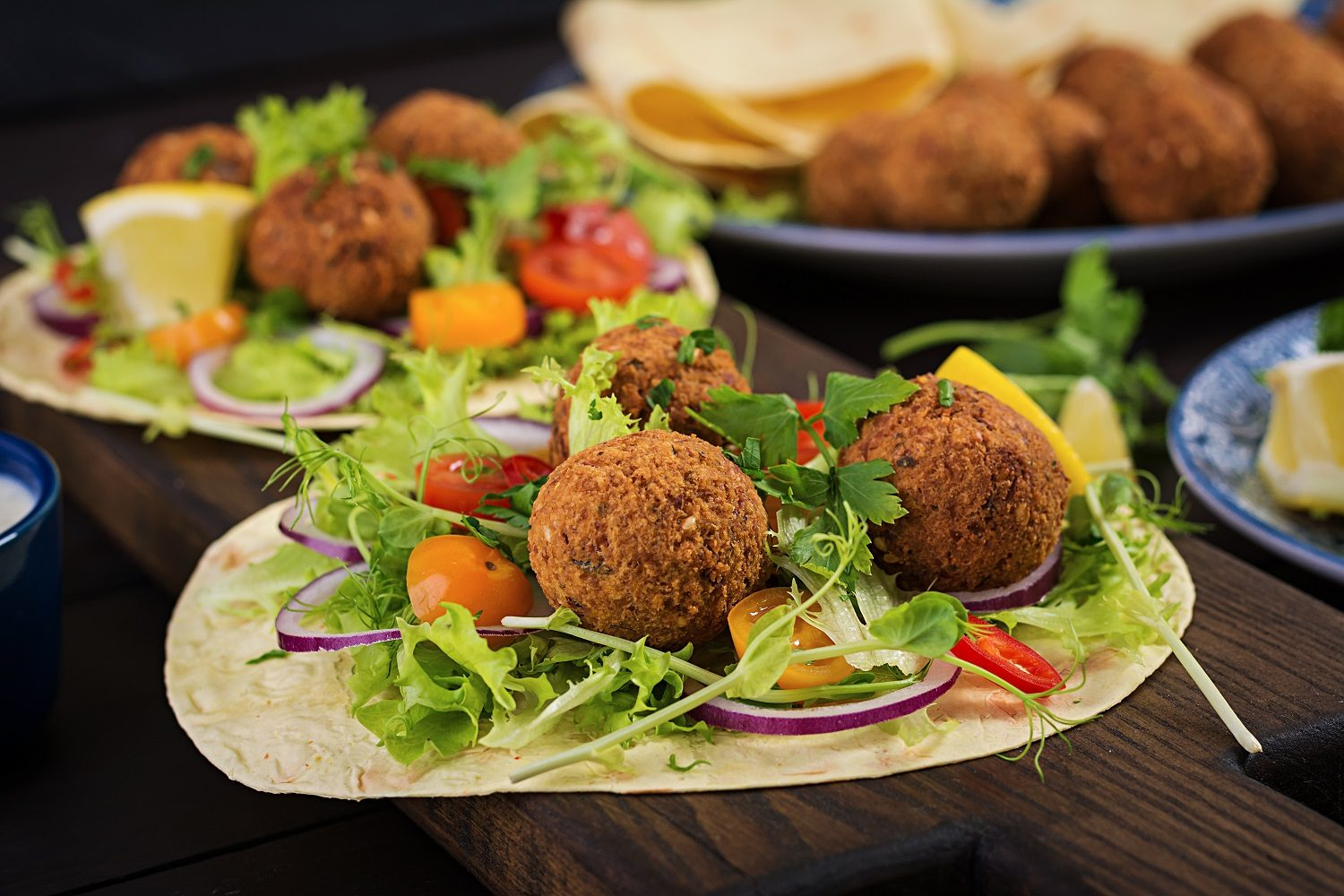 chifteluțe falafel ca la Sara Green. Tortilla wrap with falafel and fresh salad. Vegan tacos. Vegetarian healthy food.