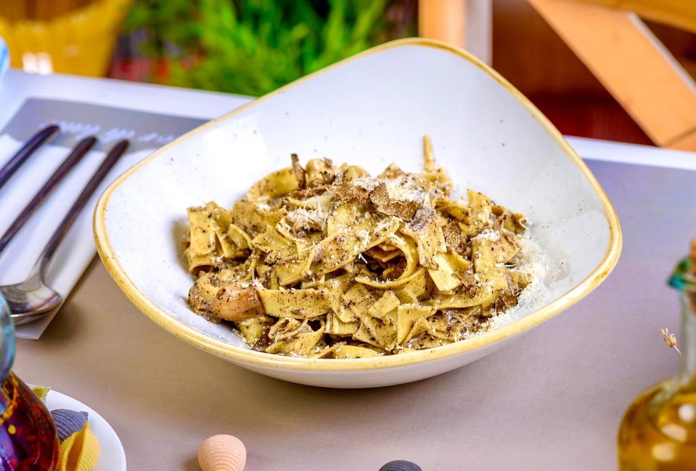o potție de tagliatelle cu porcini și trufe de la restaurant Fior di Latte, cele mai bune paste