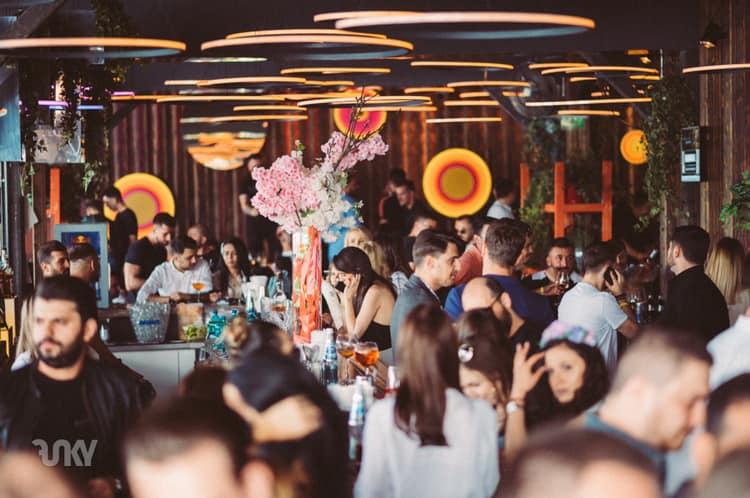 Funky Lounge Herastrau cu terasa aglomerata