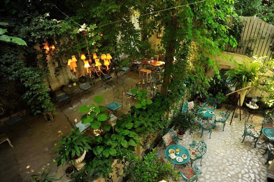 Terasa Infinitea din Cotroceni, cu mese mici si colorate si multa verdeata