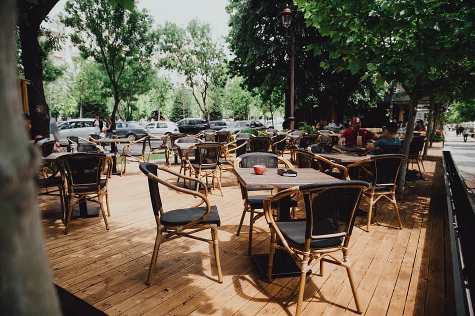 Terasa Mon Brasserie din Bucuresti cu putine mese ocupate
