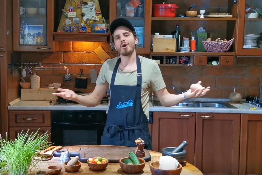 Chef Foa în bucătăria de acasă, gătind o rețetă de pizza cu șalău