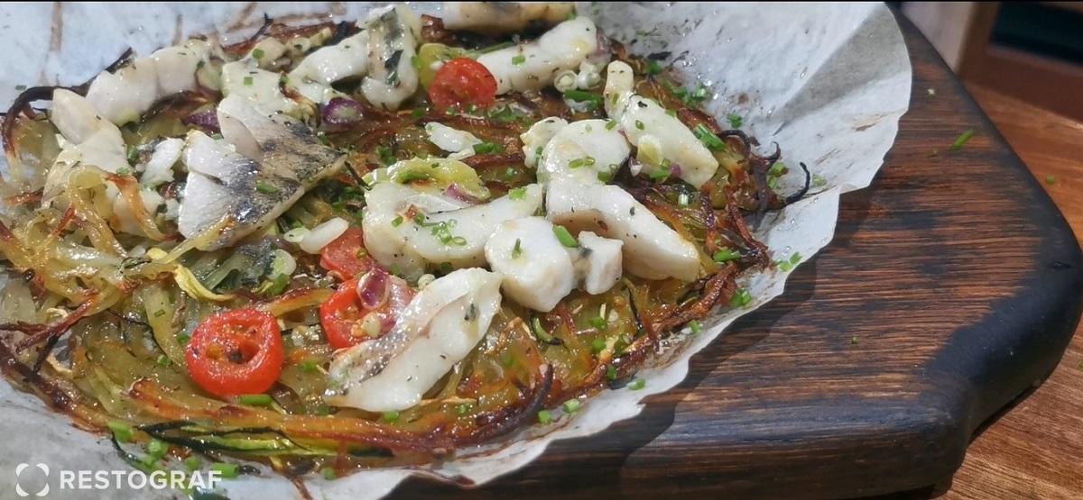 prim plan cu pizza cu șalău de la chef Foa