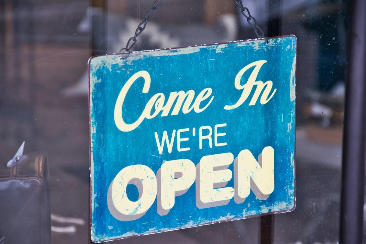 """semn de usa albastru pe care este scris come in we""""re open, imagine sugestiva pentru redeschiderea restaurantelor"""