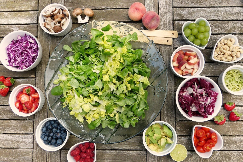 bol de salată verde și alte boluri mai mici cu legume, pentru o nutriție sănătoasă