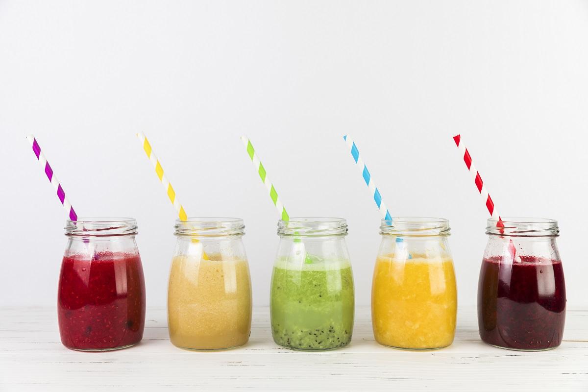 cinci borcane cu smoothie sănătos, de diferite culori