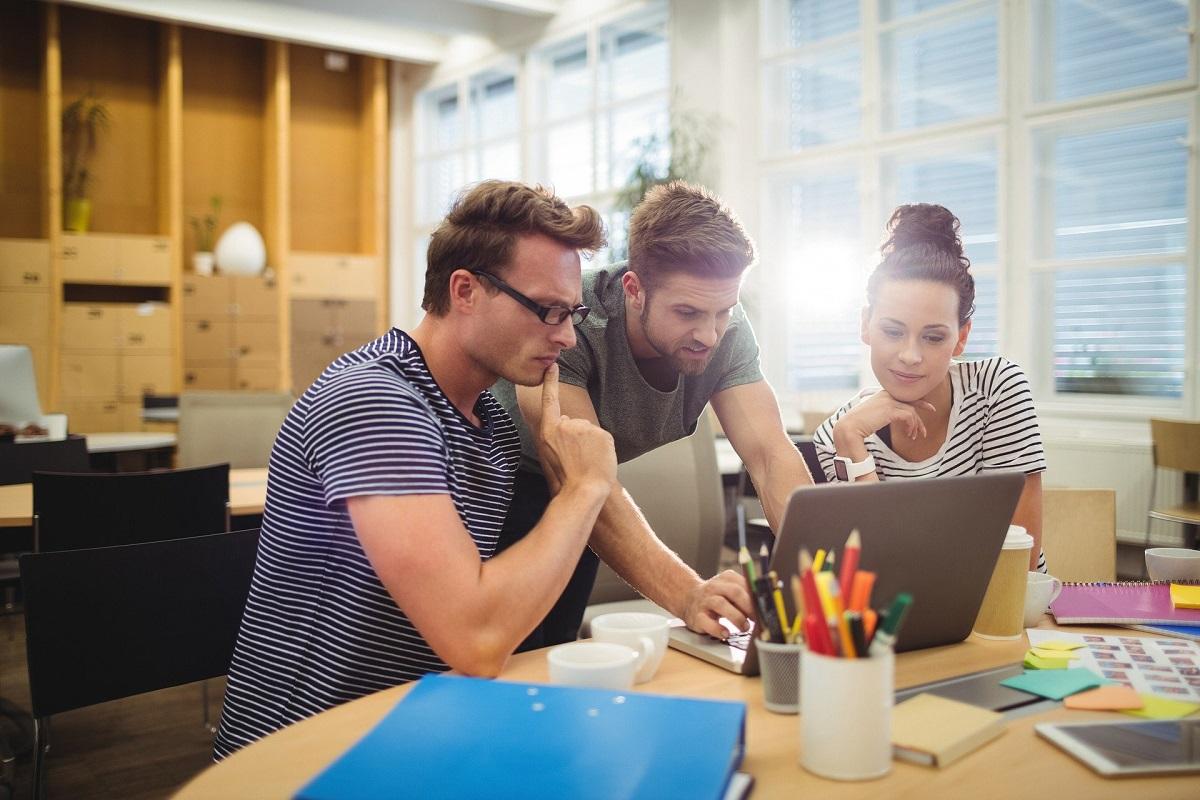 doi barbati si o fata lucrand impreuna la laptop, imagine reprezentativa pentru un profesionist mai bun