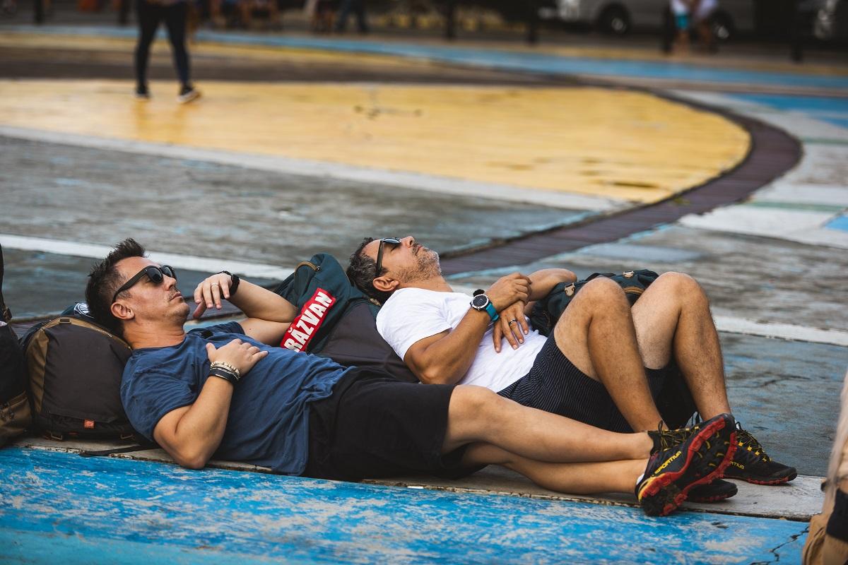 Sorin Bontea si Razvan Fodor intinsi pe asfalt, epuizati dupa o cursa in Asia Express