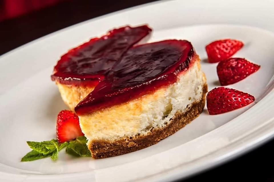 cheesecake cu jeleu de fructe de padure, taiat pe jumate, la restaurant La Samuelle din București, imagine pentru cheesecake București