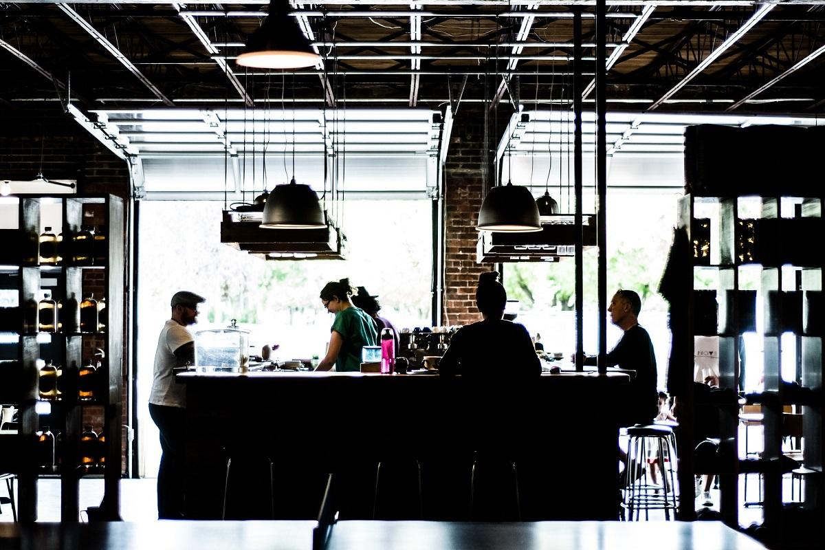 oaspeti la bar intr-un restaurant, imagine reprezentativă pentru clienț restaurant