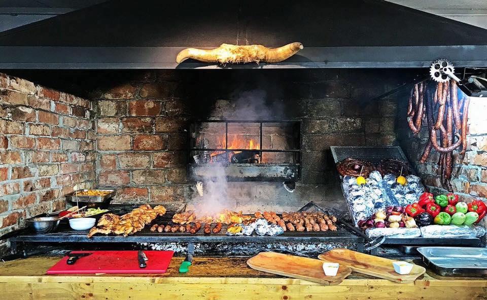 cuptor cu lemne grill si multe preparate din carne si legume pe gratas la restaurant Beraăria Cenntrală