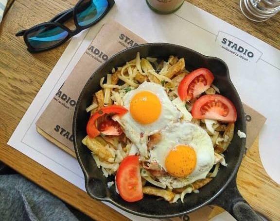 tigaie cu oua ochi, cartofi prajiti, rosii si bacon la restaurant Stadio