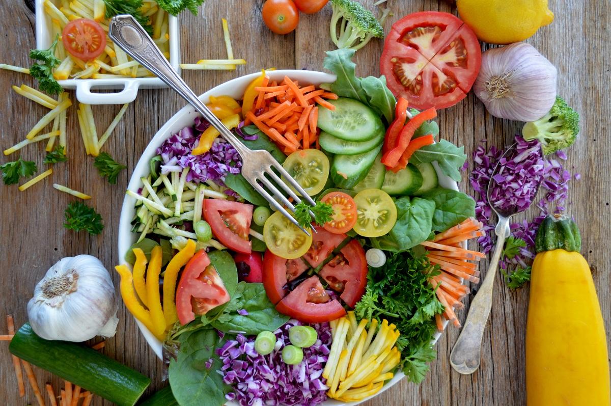 farfurie plina cu legume crude de tot felul, feliate pentru salata, in combinații de alimente
