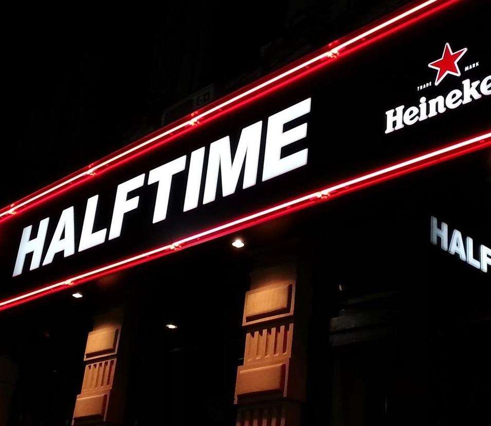 semn luminos la intrarea din pub Half Time, cu denumirea localului