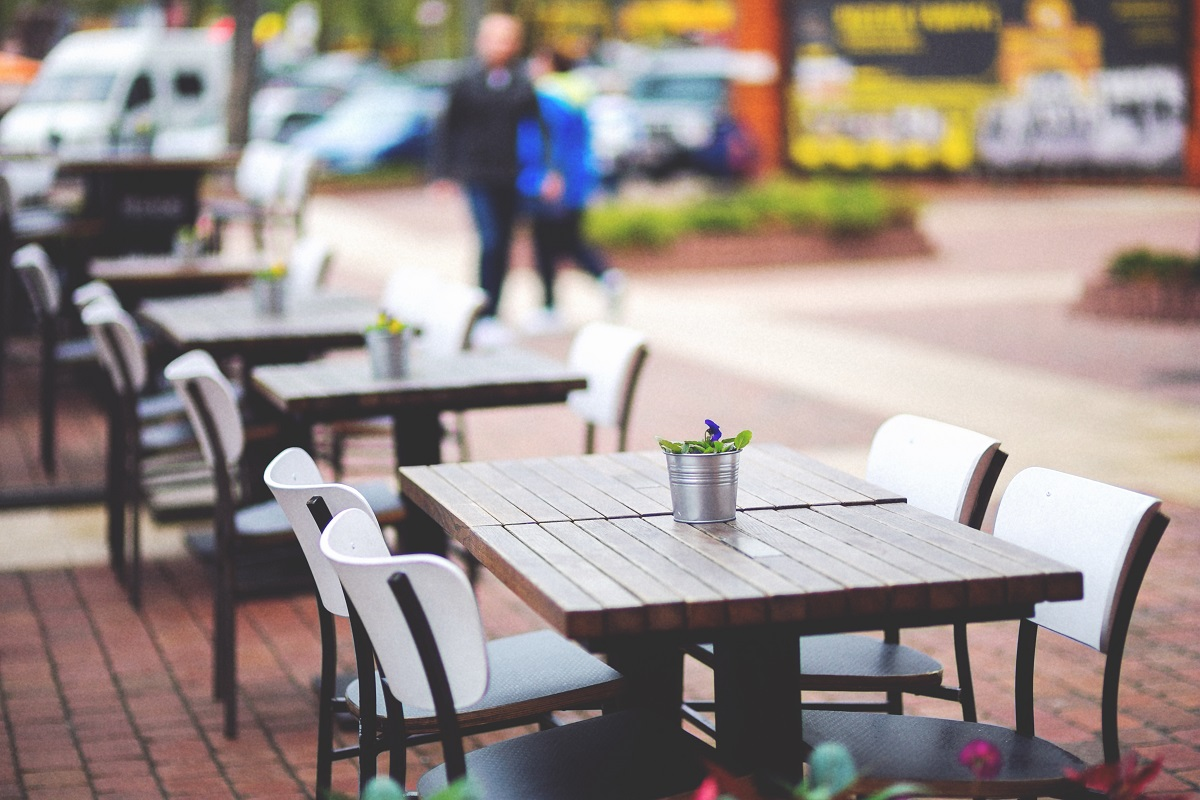 mese din lemn, goale, la terasa, si un plan pentru redeschiderea restaurantelor