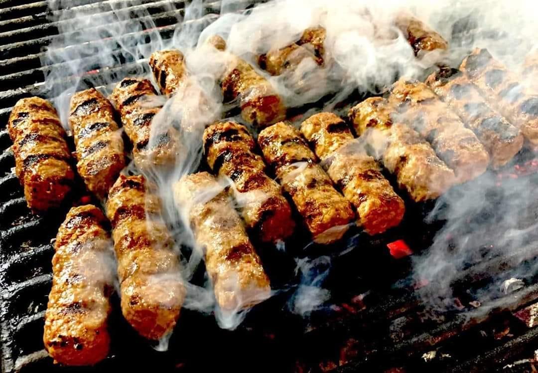 mici pe grătar la Mahalaua Cărămidorilor, unul din restaurante grill București
