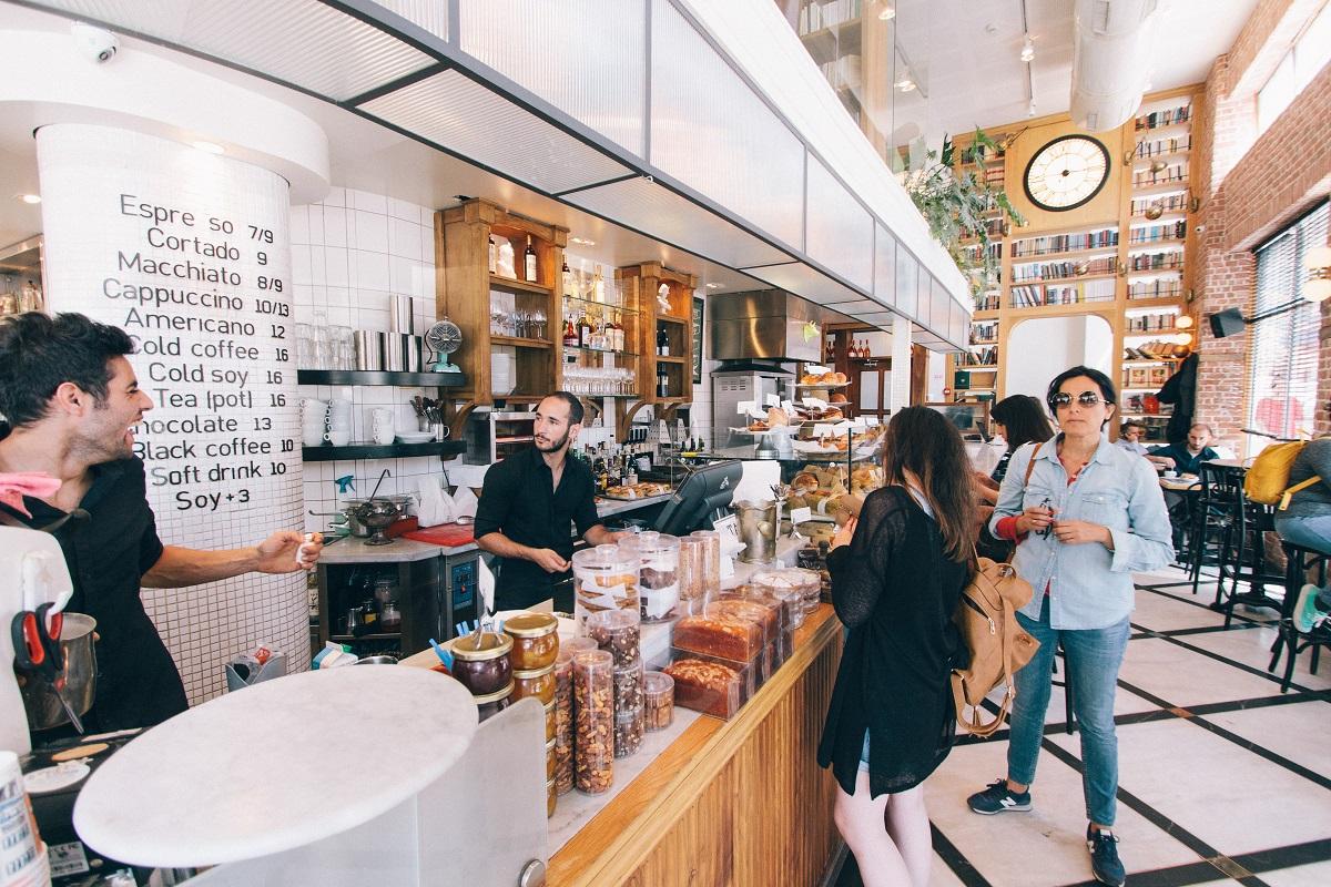 clineti la bar intr-un restaurant, si cum sa faci un plan pentru redeschiderea restaurantului